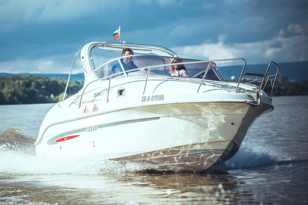 Motorový čln s posádkou