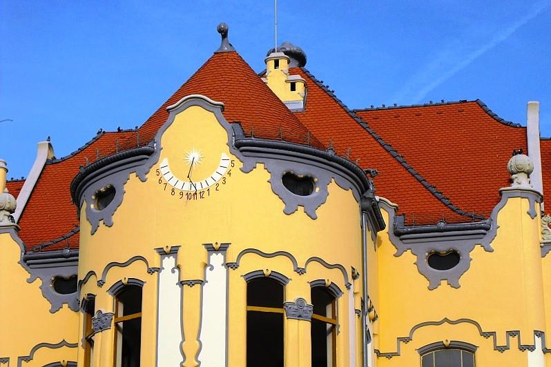 SLNECNE-HODINY-gymnazium-Groslingova-Blava (1)