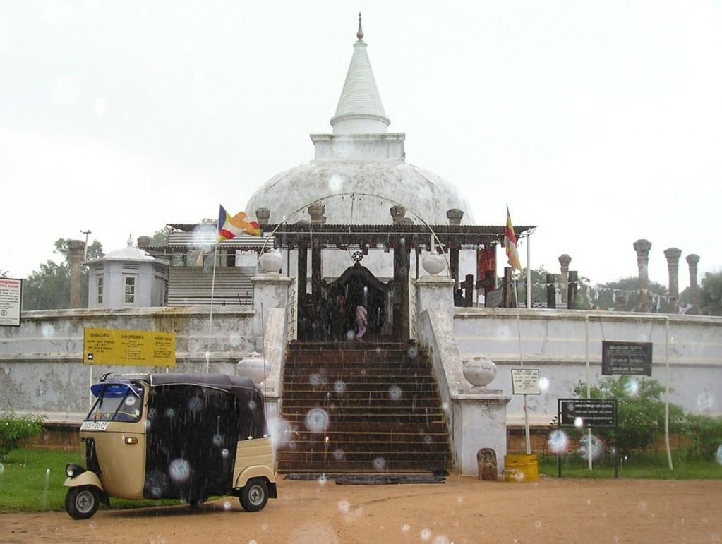 Srí Lanka - Anuradhapura tuk-tuk a chrám