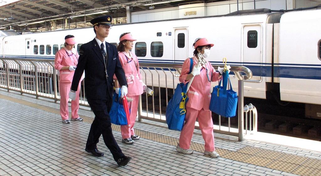 Tokyo - personál vlaku Shinkansen