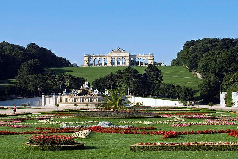 Wikimedia Schönbrunn Blick auf Gloriette