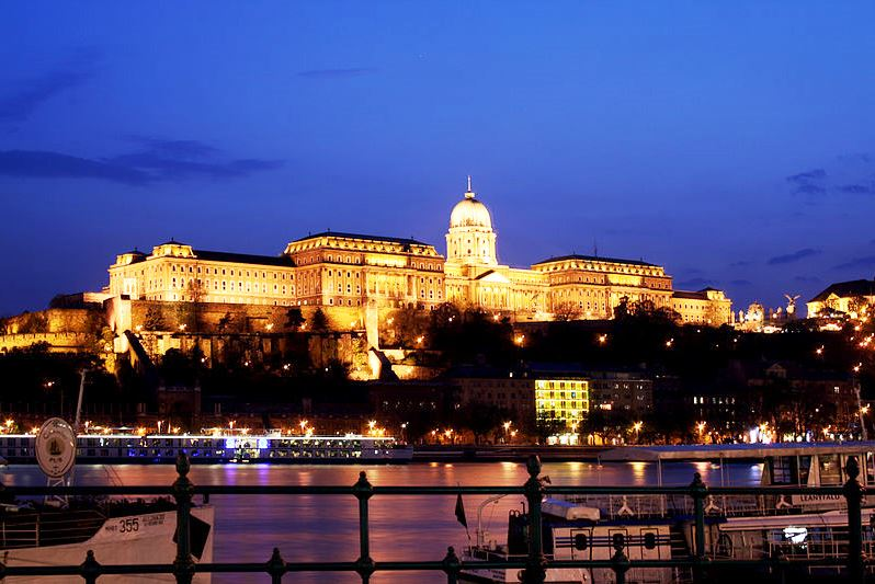 Wikipedia Budapest hrad v noci