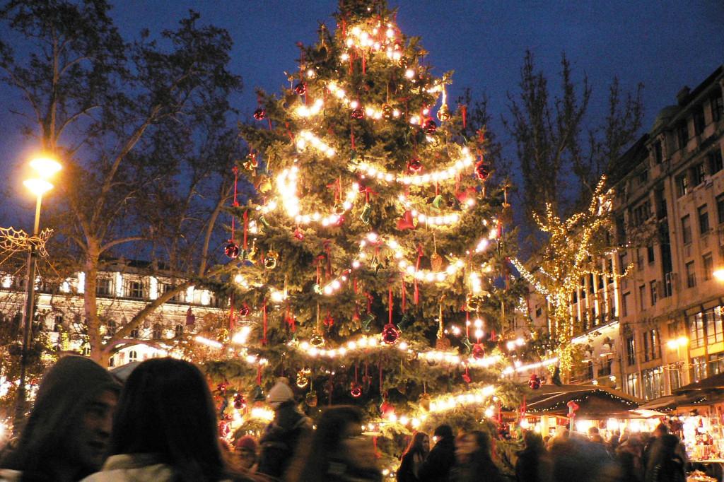 Wikipedia - Christmas market Budapest - Worosmartyho nam.